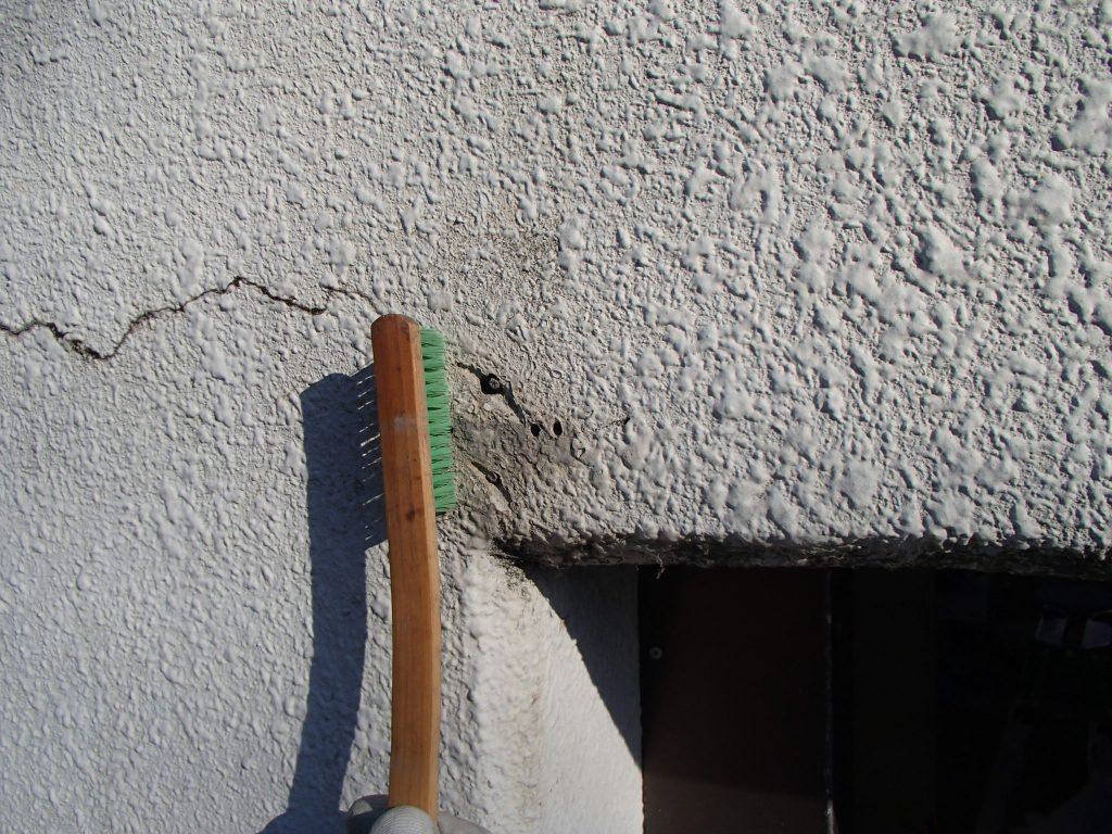 旧アンテナを撤去した後の穴とクラックがあり、ブラシでホコリ落とし
