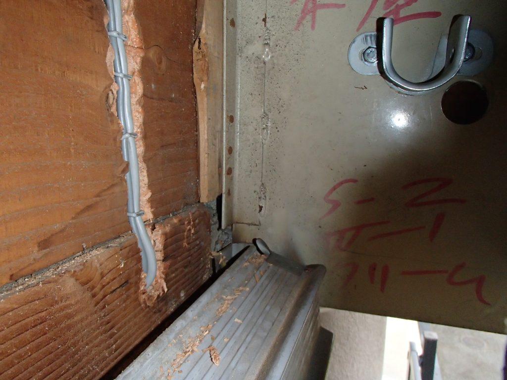軒天井から室内側への配線入れ